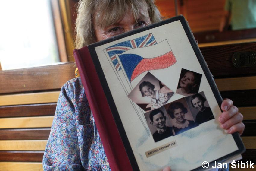 paní Liz Midwinter, titulní strana Winton scrappbook, ona sama je dívkou vpravo dole